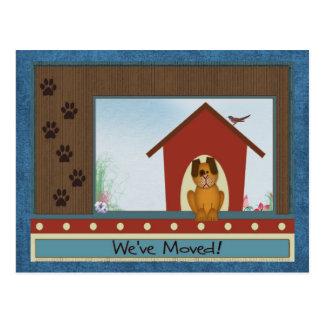 引っ越しましたのかわいい犬小屋および足のプリントの新しい家 ポストカード