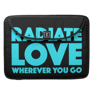 引用文が行くところはどこでも愛を放射して下さい(カスタマイズ可能な) MacBook PROスリーブ