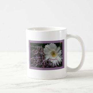 引用文のギフトの白いガーベラのデイジーのcoffeecupを意欲を起こさせること コーヒーマグカップ