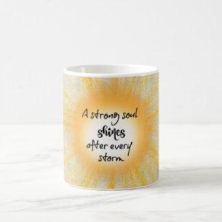 強い精神は引用文を照らします コーヒーマグカップ