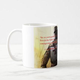 """""""強い"""" -1 Corinthiansの16:13があって下さい コーヒーマグカップ"""