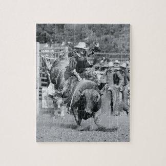 強く反対する雄牛にしがみついているライダー ジグソーパズル
