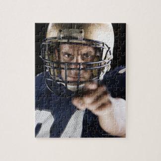 強く指し、見ているフットボール選手 ジグソーパズル