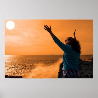 強力な波に直面する単独女性のシルエット ポスター