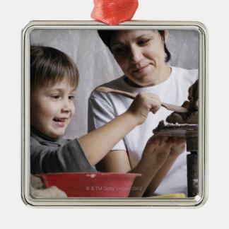 彫刻をから形作っている母および娘 メタルオーナメント