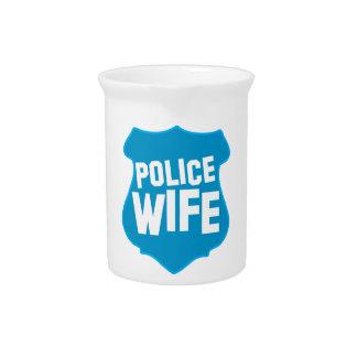 役人のバッジの盾を持つ警察の妻 ピッチャー
