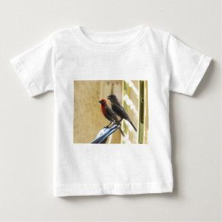彼が話しているように2羽の鳥1は見ます ベビーTシャツ