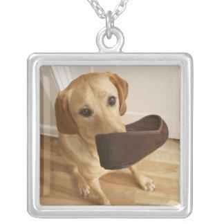彼ののスリッパを持つラブラドル・レトリーバー犬の子犬 シルバープレートネックレス