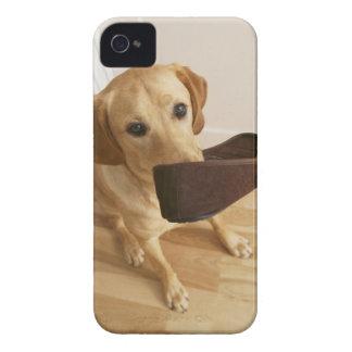 彼ののスリッパを持つラブラドル・レトリーバー犬の子犬 Case-Mate iPhone 4 ケース