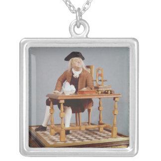 彼のテーブルのベンジャミン・フランクリンのモデル シルバープレートネックレス