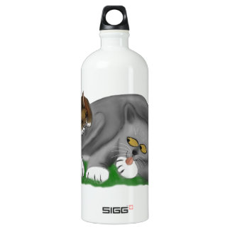 彼のバニーの友達が付いている灰色の子ネコの演劇 ウォーターボトル