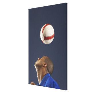 彼のヘッド2のサッカーボールを跳ねることに人を配置して下さい キャンバスプリント
