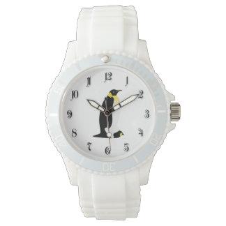 彼のベビーを持つペンギン親 腕時計