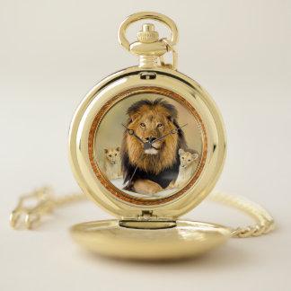 彼のベビーを持つ大きい父のライオンは壊中時計をcubs ポケットウォッチ