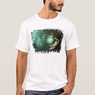 彼の手を搭載する魔法を作っているファンタジーの魔法使い Tシャツ