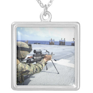 彼の武器を調節している米国の海兵隊員 シルバープレートネックレス