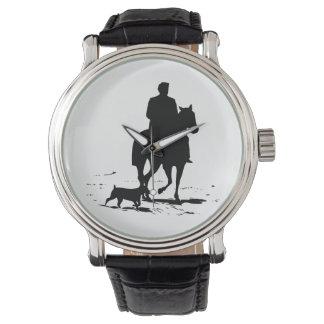 彼の犬の腕時計を持つ彼の馬のカウボーイ 腕時計