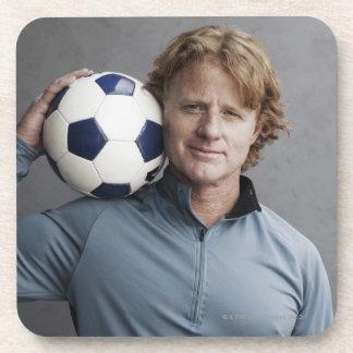 彼の肩のサッカーボールを握る赤毛 コースター