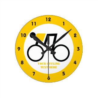彼の自転車のカスタムに乗っているサイクリスト ラウンド壁時計