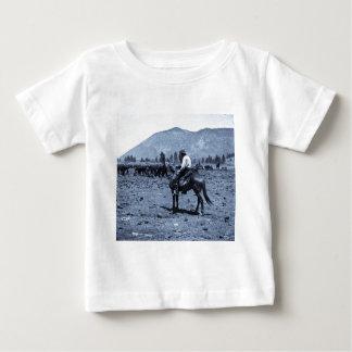 彼の馬および彼の牛は彼の友達だけです ベビーTシャツ