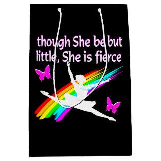 彼女が小さいけれども彼女は激しいダンサーのデザインです ミディアムペーパーバッグ