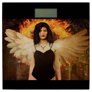 彼女のスケールの後ろの翼そして火とのゴシック様式天使 体重計