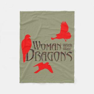 彼女のドラゴンを持つ女性 フリースブランケット