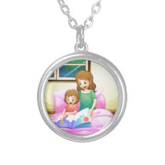 彼女の娘が付いている母読書 シルバープレートネックレス