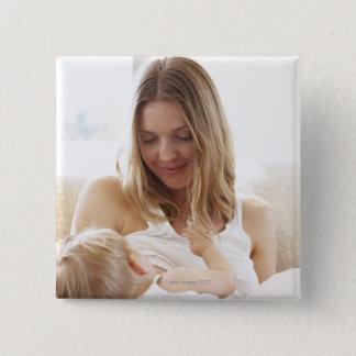 彼女の子供を母乳で育てている母 缶バッジ