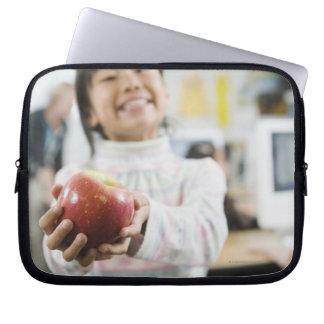 彼女の手のりんごを握っている基本的な学生 ラップトップスリーブ