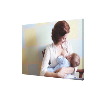 彼女の男の赤ちゃんを胸食べ物を与えている若い母 キャンバスプリント