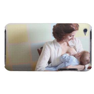 彼女の男の赤ちゃんを胸食べ物を与えている若い母 Case-Mate iPod TOUCH ケース