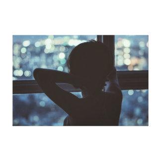 彼女の窓から見ている女の子 キャンバスプリント