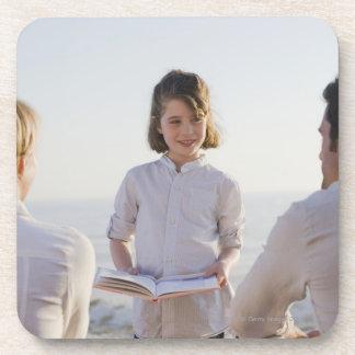 彼女の親の前の本を読んでいる女の子 コースター