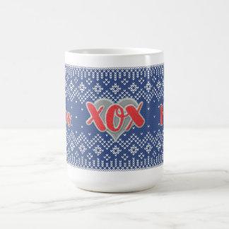 彼女の赤くおよび青のセーターパターンのためのXOXの休日 コーヒーマグカップ