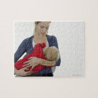 彼女の赤ん坊を母乳で育てている母 ジグソーパズル