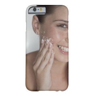 彼女の顔の女性のごしごし洗う砂糖 BARELY THERE iPhone 6 ケース