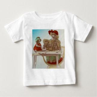 彼女のDollieに読んでいる小さな女の子-ヴィンテージカード ベビーTシャツ