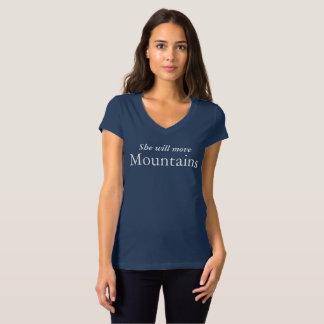 彼女は山の女性のVの首を動かします Tシャツ