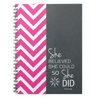彼女は彼女をできました(シェブロンピンクの灰色の)螺線形信じました ノートブック