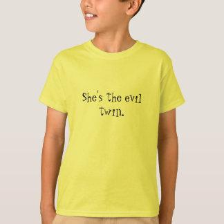 彼女は悪の双生児です Tシャツ