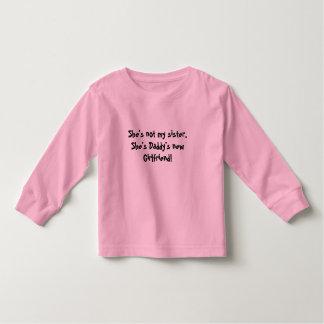 彼女は私の姉妹、彼女ですお父さんの新しいガールフレンドではないです! トドラーTシャツ