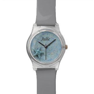 彼女は貝殻の青いヒトデの灰色の一流の腕時計を愛します 腕時計