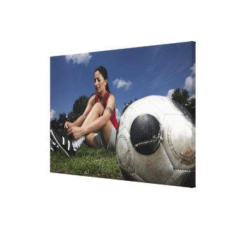 彼女を結んでいるメスのフットボール選手のポートレート キャンバスプリント