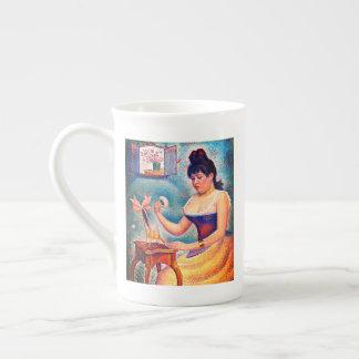 彼女自身を粉にしている若い女性 ボーンチャイナカップ
