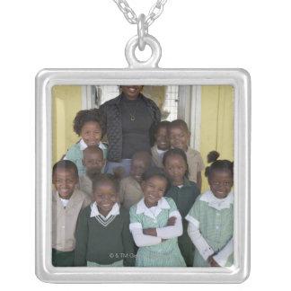 彼等のと立っている学童のグループ シルバープレートネックレス