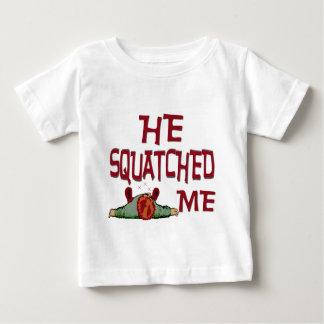 彼Squatched私 ベビーTシャツ