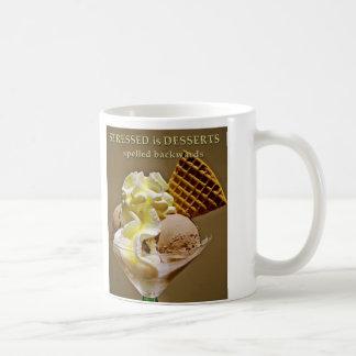 後方に綴られるSTRESSEDデザート襲いますです コーヒーマグカップ