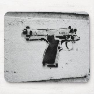 後方に銃のステンシル落書きの芸術のmousepad マウスパッド
