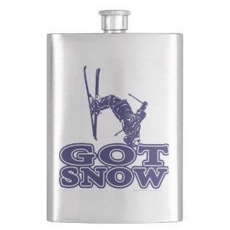 得られた雪の雪のスキーヤー フラスク